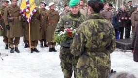 Sokolovo, regione di Harkìv, Ucraina - 9 marzo 2018: Soldati cechi che pongono i fiori al monumento Anniversario del stock footage