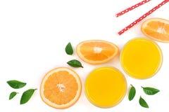 Soku pomarańczowego szkło z plasterkami cytrus i liście odizolowywający na białym tle z kopii przestrzenią dla twój teksta, odgór Obrazy Stock