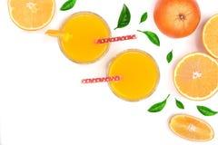 Soku pomarańczowego szkło z plasterkami cytrus i liście odizolowywający na białym tle z kopii przestrzenią dla twój teksta, odgór Obrazy Royalty Free
