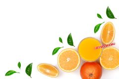 Soku pomarańczowego szkło z plasterkami cytrus i liście odizolowywający na białym tle z kopii przestrzenią dla twój teksta, odgór Zdjęcie Stock