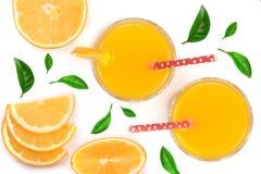 Soku pomarańczowego szkło z plasterkami cytrus i zieleń opuszcza odosobniony na białym tle, odgórny widok Mieszkanie nieatutowy w Obraz Royalty Free