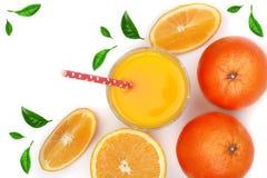 Soku pomarańczowego szkło z plasterkami cytrus i zieleń opuszcza odosobniony na białym tle, odgórny widok Mieszkanie nieatutowy w Obrazy Royalty Free
