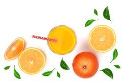 Soku pomarańczowego szkło z plasterkami cytrus i zieleń opuszcza odosobniony na białym tle, odgórny widok Mieszkanie nieatutowy w Obraz Stock