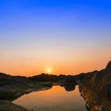 Sol över stenar. Arkivfoton