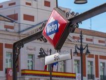 Sol в Мадриде на квадрате Puerta del Sol - популярное место входа метро в городе стоковые изображения rf