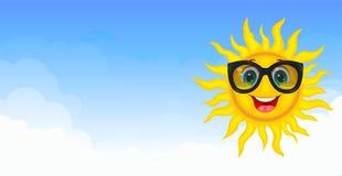 Sol alegre en el cielo azul libre illustration