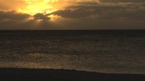 Sol amarillo brillante en cielo sobre el océano almacen de metraje de vídeo