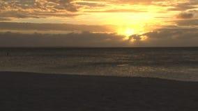 Sol amarillo brillante en cielo sobre el océano almacen de video