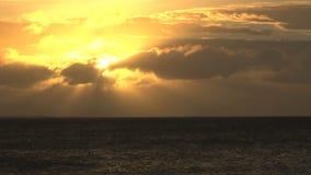 Sol amarillo brillante en cielo sobre el océano metrajes