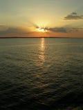 Sol anaranjado en el río del Amazonas Fotos de archivo libres de regalías