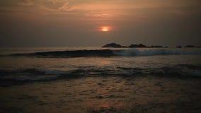 Sol anaranjado hermoso en la puesta del sol y una trayectoria de la luz en las aguas del Océano Índico metrajes