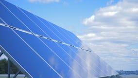 Sol- apparater på en himmelbakgrund, slut upp stock video