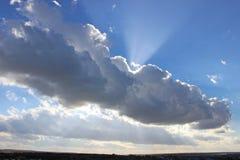 Sol bak molnhimmel Fotografering för Bildbyråer