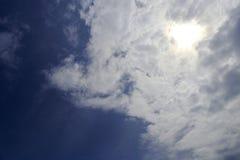 Sol bakom av molnet Arkivbilder