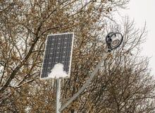 Sol- batteri och streetlight i vinter Royaltyfri Foto
