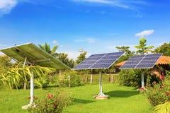 Sol- batterier i trädgården Arkivbild