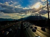 Sol, berg och gata Arkivbilder