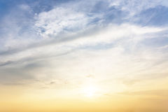 Sol, blå himmel och moln Arkivfoto