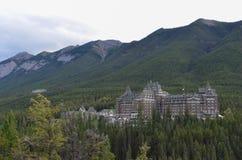 Sol, bosques y hotel 2 imagenes de archivo