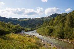 Sol brilhante Céu do rio Nuvens carpathians As montanhas O sol imagem de stock