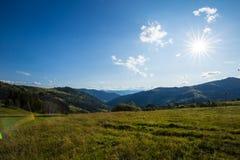 Sol brilhante céu Nuvens carpathians As montanhas O sol imagens de stock royalty free