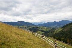 Sol brilhante céu Nuvens carpathians As montanhas O sol fotos de stock