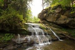 Sol brilhante Cachoeira carpathians As montanhas O sol fotografia de stock royalty free