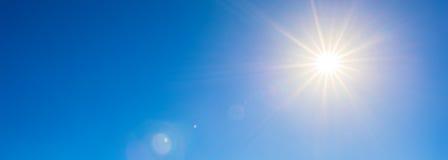 Sol brilhante no céu azul imagem de stock royalty free