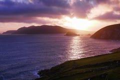 Sol brilhante que ajusta-se sobre a grande ilha de Blasket, vista da cabeça de Slea, península do Dingle, Irlanda fotos de stock
