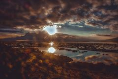 Sol brilhante que brilha sobre o lago Titicaca, Peru foto de stock