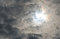 Sol brillante dramático borroso de la suavidad y del ruido en mirada nublada a través foto de archivo