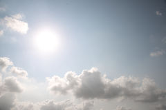 Sol brillante en cielo azul Foto de archivo libre de regalías