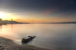 Sol brillante fijado sobre bahía de la ciudad Fotos de archivo libres de regalías