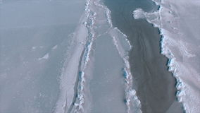 Sol brillante sobre el mar congelado El hielo áspero en el mar, algo derivó el hielo y la nieve Ladnscape del invierno almacen de metraje de vídeo