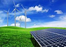 Sol- cellenergipaneler och windturbin Arkivfoto