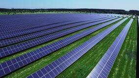 Sol- celler av energilantgården på solljus Rader för flyg- sikt av photovoltaic paneler lager videofilmer