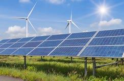Sol- celler och vindturbiner som frambringar elektricitet i kraftverkalternativförnybara energikällor fotografering för bildbyråer