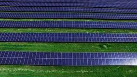 Sol- celler på sikt för surr för energilantgård Rader för flyg- sikt av photovoltaic paneler stock video
