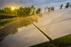 Sol- celler (photovoltaic panel) med reflexionen av solljus Fotografering för Bildbyråer