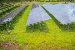 Sol- celler (photovoltaic panel) med reflexionen av solljus Royaltyfri Fotografi
