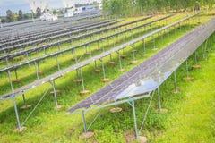 Sol- celler (photovoltaic panel) med reflexionen av solljus Arkivfoto