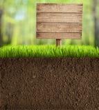 Sol coupé dans le jardin avec le signe en bois images stock