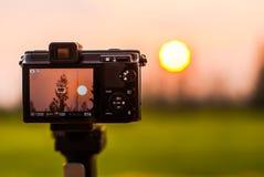 Sol da fotografia com uma câmera pequena Foto de Stock Royalty Free