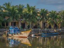 Sol da manhã em barcos de madeira ao longo do rio em Hoi An, Vietname Fotografia de Stock