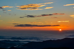 Sol da manhã sobre o embaçamento da montanha Imagens de Stock Royalty Free