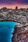 Sol da meia-noite sobre a lagoa azul, Islândia Fotografia de Stock