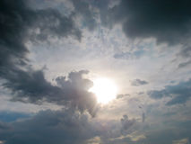 Sol da noite que brilha através das nuvens imagens de stock