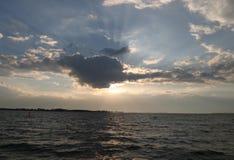 sol da noite sobre o mar Foto de Stock