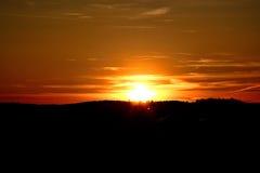 Sol de ajuste durante o por do sol imagens de stock royalty free