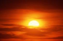 Sol de ajuste em nuvens Fotografia de Stock